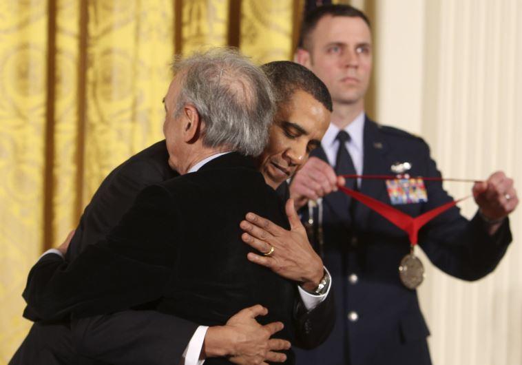 אלי ויזל מקבל מנשיא ארצות הברית ברק אובמה את המדליה הלאומית למדעי הרוח, 2010. צילום: רויטרס