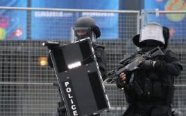 שוטרים צרפתים ליד אצטדיון סטאד דה פראנס
