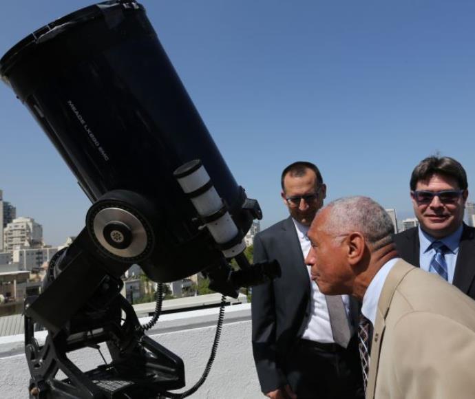 """ראש נאס""""א צ'ארלס בולדן בביקור במצפה הכוכבים בגבעתיים"""