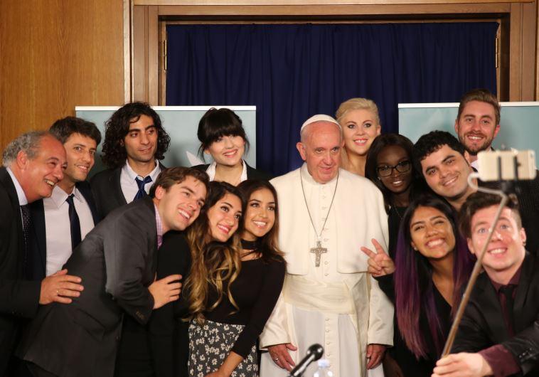 חברי ההרכב בפגישה עם האפיפיור. צילום: יטיוב