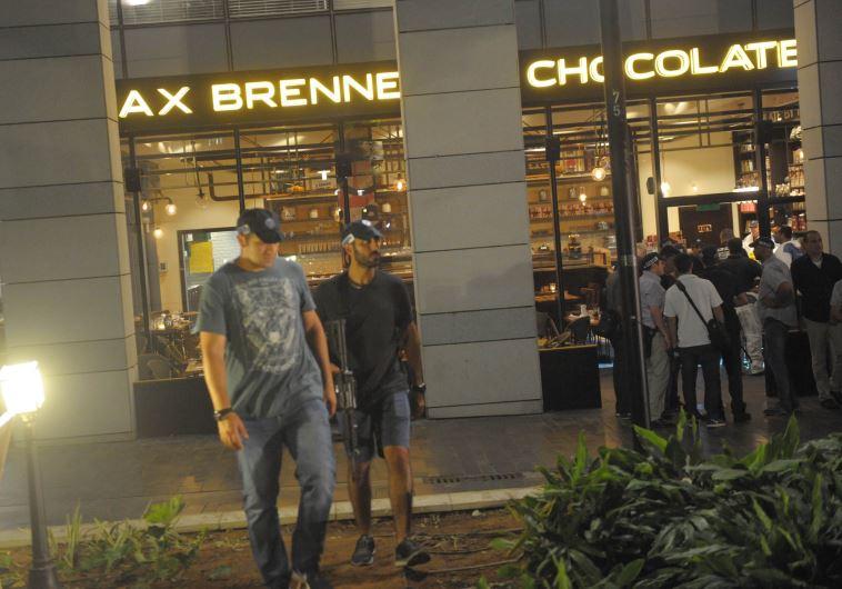 """כוחות במסעדת """"מקס ברנר"""" במתחם שרונה, לאחר הפיגוע. צילום: אבשלום ששוני"""