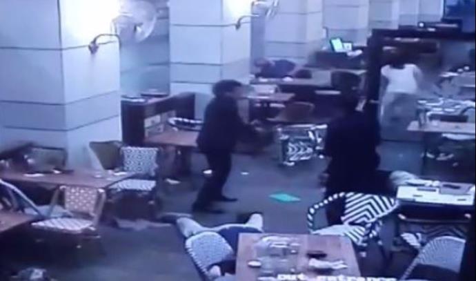 """המחבלים יורים בסועדים ב""""מקס ברנר"""" במתחם שרונה"""