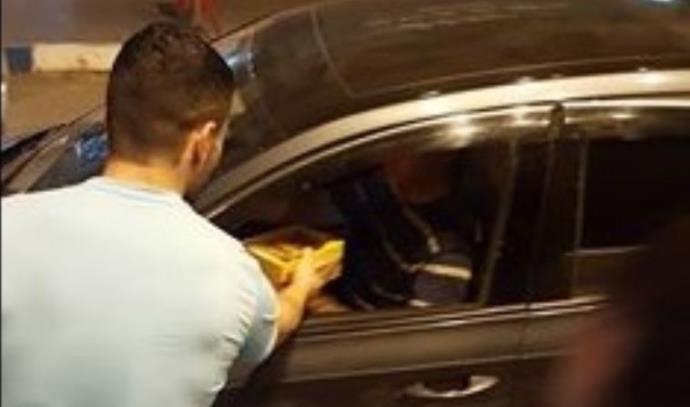 חלוקת ממתקים בטול כרם אחרי הפיגוע בתל אביב