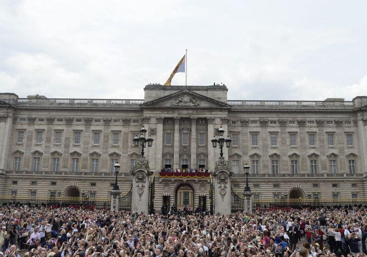אלפים הגיעו לחגוג למלכה אליזבת יום הולדת. צילום: רויטרס