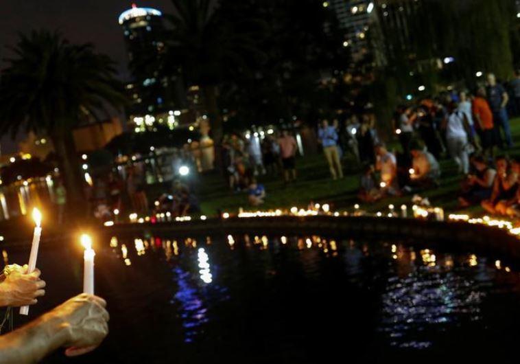 מדליקים נרות לזכר הקורבנות באורלנדו. צילום: רויטרס