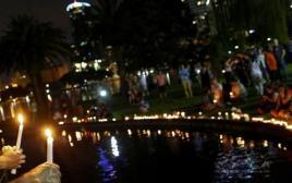 מדליקים נרות לזכר הקורבנות באורלנדו