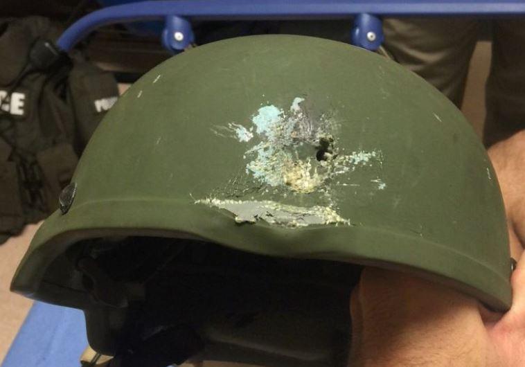 קסדת השוטר שנורה ויצא ללא פגע במועדון באורלנדו. צילום: רויטרס