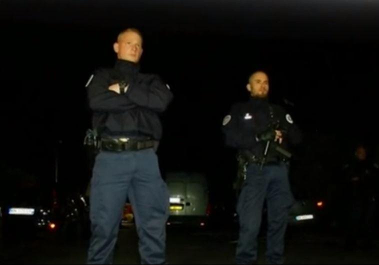 שוטרים צרפתים בזירת רצח קצין המשטרה סמוך לפריז. צילום: יוטיוב