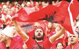 """""""הכי חשוב שאנחנו ביחד"""".  אוהדי אלבניה במשחק בין שווייץ לאלבניה, בשבת האחרונה"""