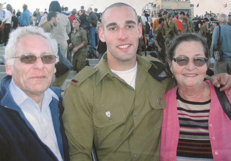 """סגן חנן ברק ז""""ל עם הוריו"""