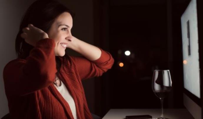 אישה משוטטת באינטרנט, אילוסטרציה