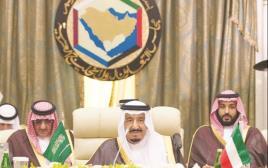 מלך סעודיה סלמן (במרכז)