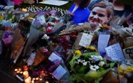 פרחים ונרות לזכרה של ג'ו קוקס