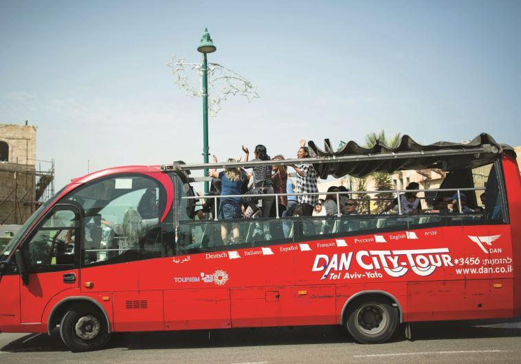 """אוטובוס תיירים בת""""א. גידול במספר הבקרים בארץ. צילום: קורינה קרן, פלאש 90"""