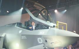 אביגדור ליברמן במטוס החמקן החדש