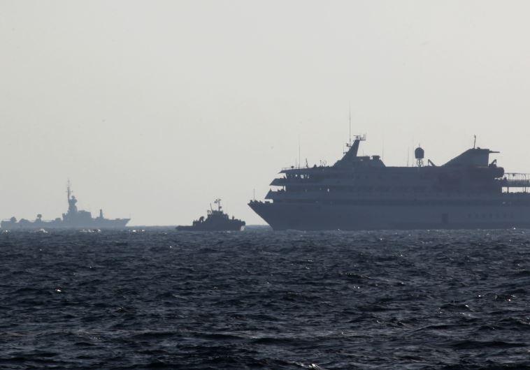 ספינת המאווי מרמרה וספינת חיל הים. צילום: פלאש 90