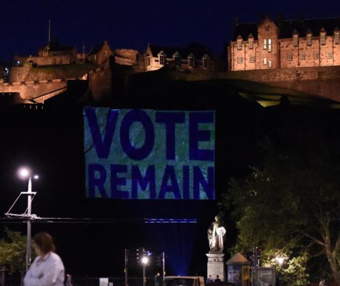 """""""הצביעו להישאר"""" על רקע טירת סקוטלנד"""