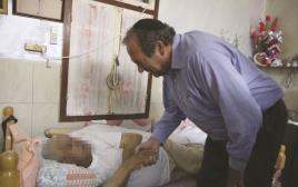 הרב יחיאל אקשטיין מבקר נזקקים לרגל הרמאדן