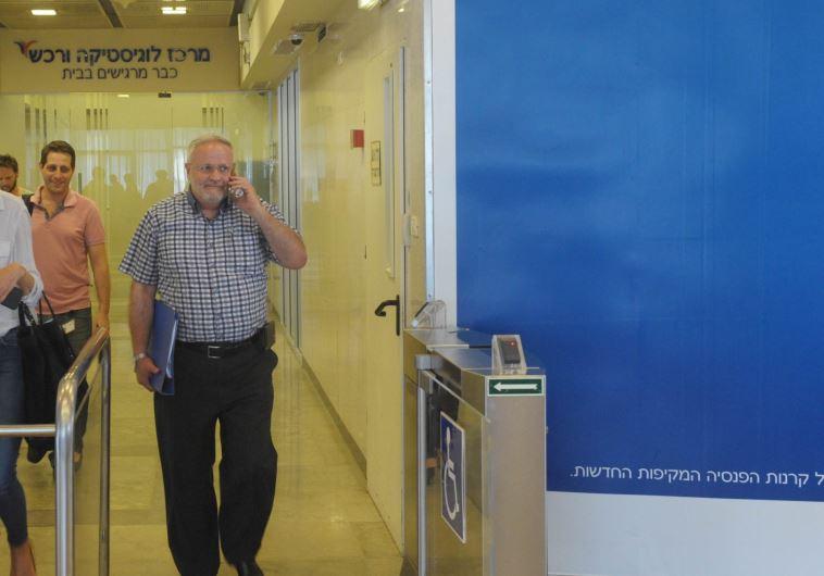 רמי סדן יוצא ממשרדי ערוץ 10, היום. צילום: אבשלום ששוני
