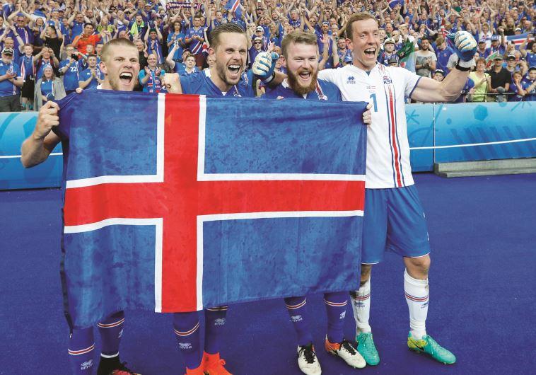 שחקי הנבחרת חוגגים את נצחונם עם דגל הלאום. צילום: רויטרס