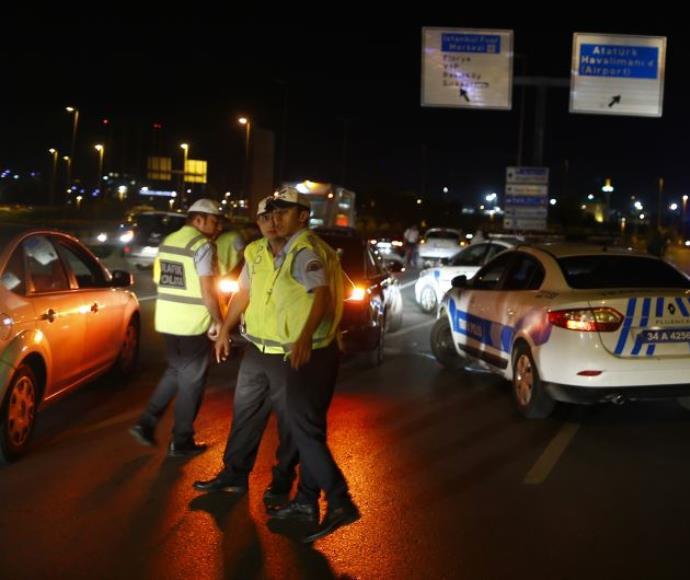 כוחות משטרה בנמל התעופה אטאטורק באיסטנבול