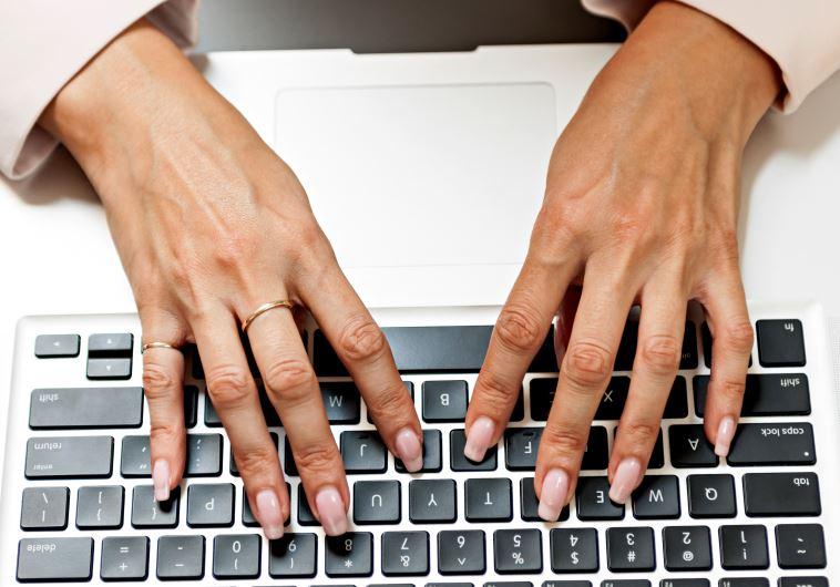 גלישה באינטרנט (צילום: אינגאימג)