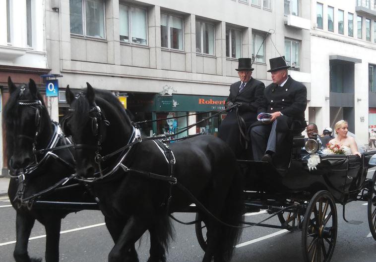 תהלוכת חתונה מסורתית ברחוב פליט סטריט. צילום: מאיר בלייך