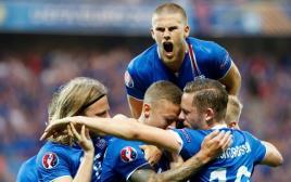 איסלנד חוגגת על אנגליה