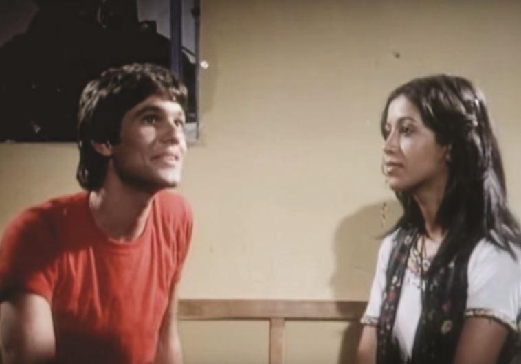 """מיטב כוכבי הפופ של התקופה כיכבו בסרטיו. עפרה חזה ב""""נערת הפרברים"""", 1979"""