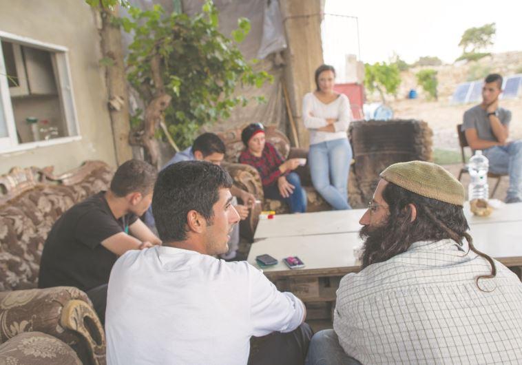 מפגש של ישראלים ופלסטינים. צילום: נתי שוחט, פלאש 90