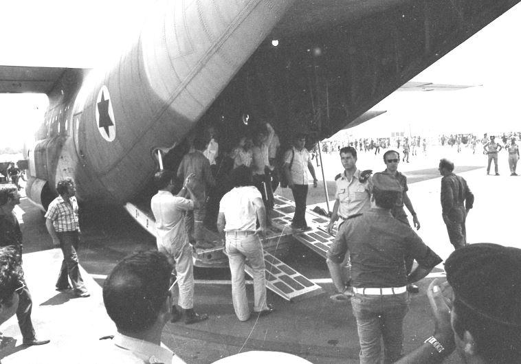 """""""ברקיע השביעי"""" החטופים נוחתים בשדה התעופה בלוד לאחר שחרורם. צילום: שמואל רחמני"""