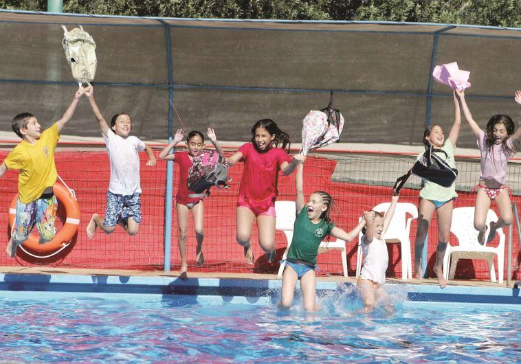 ילדים בבריכה בחופש הגדול