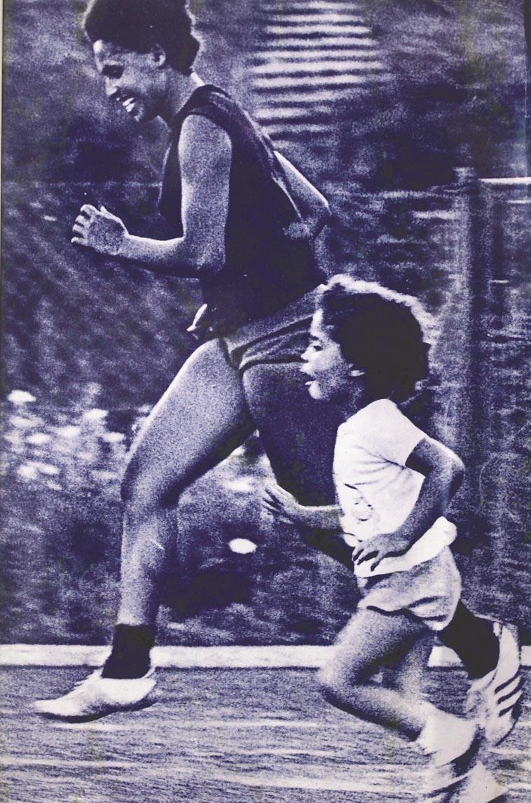 סידרנסקי רצה עם בתה בשנות ה-60. צילום: רענן כהן