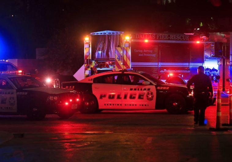 שוטר בדאלאס, טקסס לאחר אירוע הירי בו נרצחו חמישה שוטרים