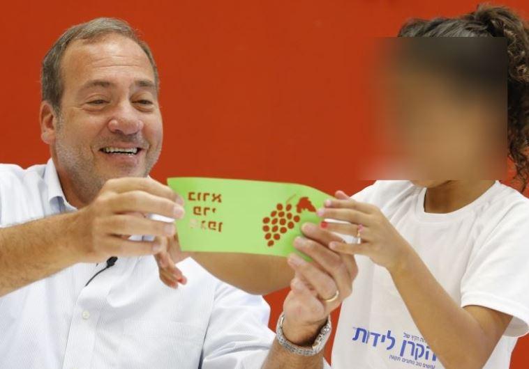 הרב יחיאל אקשטיין בפגישה עם אחת הקייטניות. צילום: הקרן לידידות