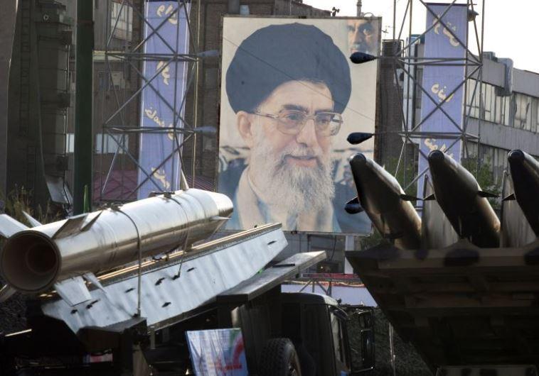 טילים איראנים על רקע תמונת חמינאי. צילום: רויטרס