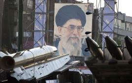 טילים איראניים על רקע תמונתו של חמינאי