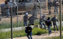 שוהים בלתי חוקיים חודרים דרך גדר הביטחון