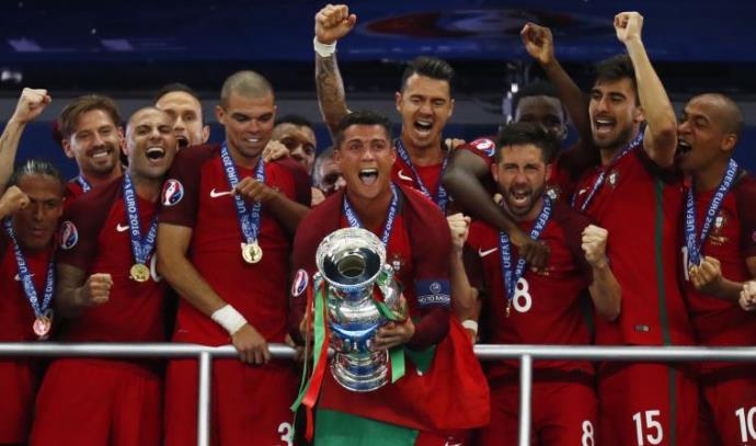 פורטוגל מניפה את גביע אירופה
