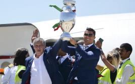 רונאלדו ונבחרת פורטוגל שבים לארצם