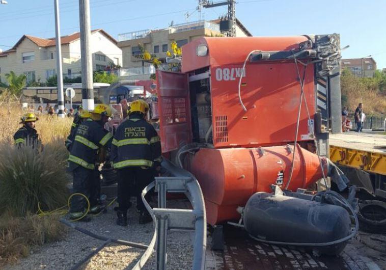 טרקטור נפל ממשאית ופגע בהולכות רגל, חשמונאים
