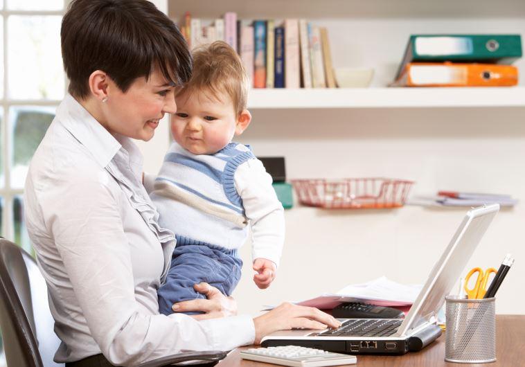 אם עובדת עם תינוק