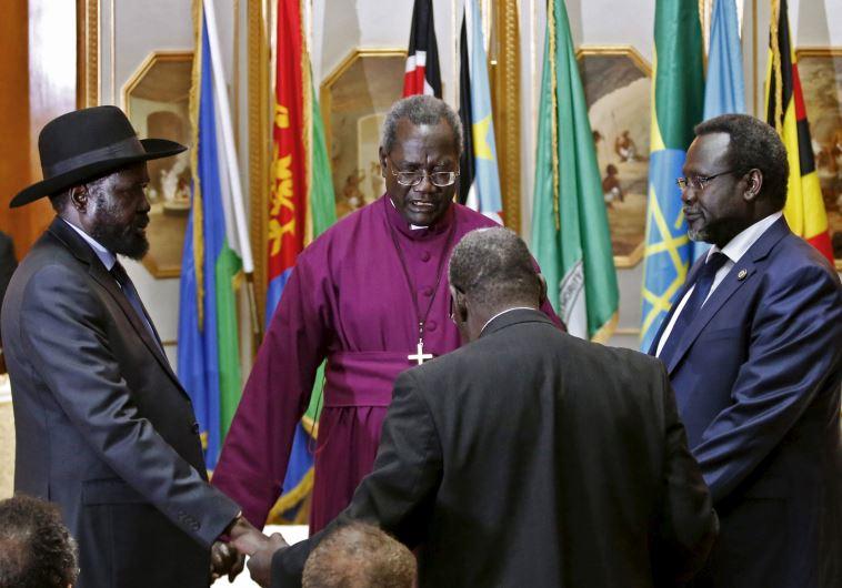 שיחות בין הנשיא ריק סלבה לסגנו המורד מצ'אר בתיווך הארכיבישוף דזמונד טוטו. צילום: רויטרס