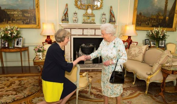 מלכת אנגליה אליזבת' וראשת הממשלה תרזה מיי