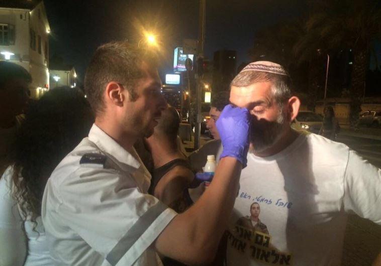 טיפול בנפגעים בהפגנת תמיכה למען אלאור אזריה