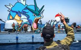 חייל חיל הים עם פוקימון גו