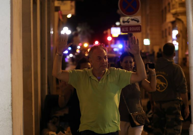 אזרחים מפונים מזירת הפיגוע בניס
