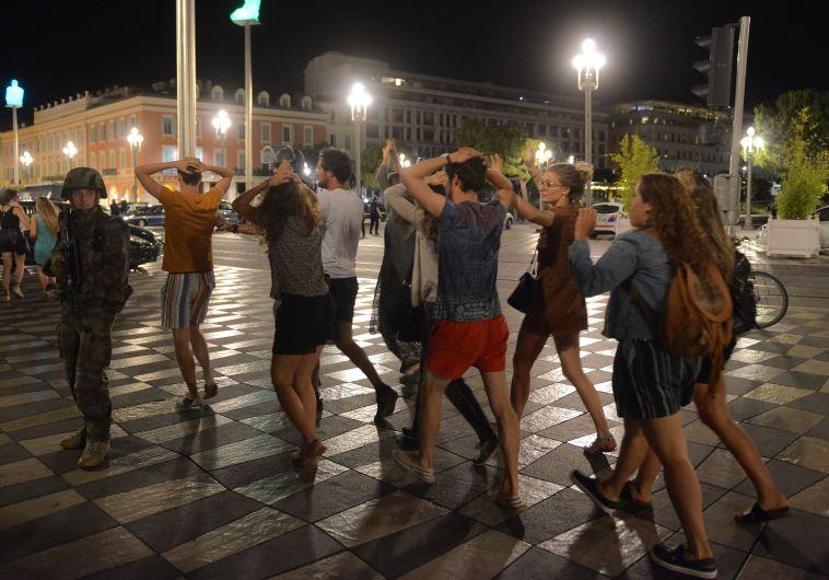 אזרחים מתפנים מהנקודה, צילום: רויטרס