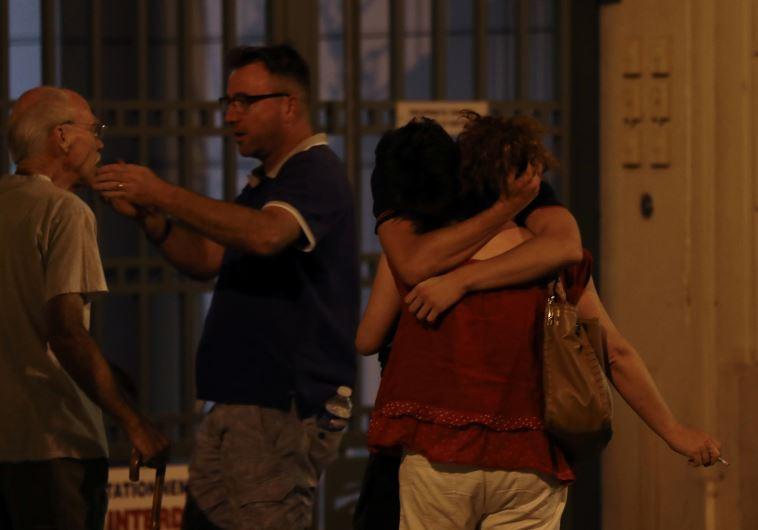 אזרחים לאחר הפיגוע. צילום: AFP
