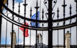 דגל צרפת בחצי התורן בארמון האליזה
